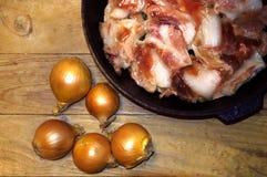 Rohes Fleisch in einer Bratpfanne mit Zwiebel lizenzfreies stockfoto