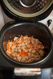 Rohes Fleisch im langsamen Kocher stockbilder