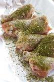 Rohes Fleisch Kochfertige Hühnerbeine Hautlose Hühnertrommelstöcke mit Kräutern Stockbilder