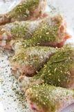 Rohes Fleisch Kochfertige Hühnerbeine Hautlose Hühnertrommelstöcke mit Kräutern Stockbild