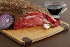 Rohes Fleisch mit den Gewürzen betriebsbereit zum Kochen Lizenzfreies Stockfoto