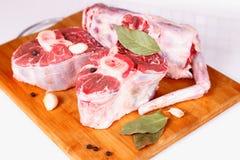 Rohes Fleisch mit Gewürzen Stockbilder