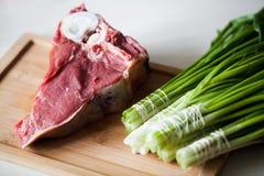 Rohes Fleisch mit grüner Petersilie Stockfotografie