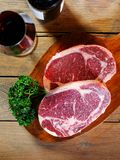 Rohes Fleisch mit Wein Stockfotografie