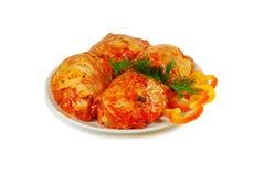 Rohes Fleisch Schweinefleisch Escalopescheiben mit sause in einem Teller lokalisiert gegen Weiß Lizenzfreie Stockfotos