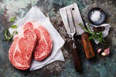 Rohes Fleisch Steak, Gewürze, Fleischgabel und Spalter Stockfoto