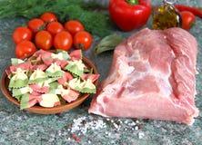 Rohes Fleisch, Teigwaren und Gemüse auf dem Tisch Lizenzfreie Stockfotografie