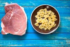 Rohes Fleisch und die Teigwaren für die Vorbereitung der kalorienreichen Nahrung und herzlich stockfotos