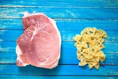 Rohes Fleisch und die Teigwaren für die Vorbereitung der kalorienreichen Nahrung und herzlich lizenzfreies stockfoto