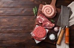 Rohes Fleisch und Würste Stockfotos