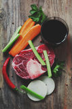 Rohes frisches Rindfleischschienbein für die Herstellung von ossobuco Stockbilder