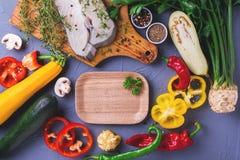 Rohes frisches Weißfischsteak mit Gemüsebestandteilen Stockbild