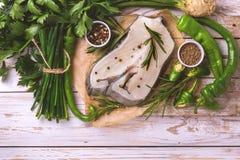 Rohes frisches Weißfischsteak mit Gemüsebestandteilen Lizenzfreies Stockfoto
