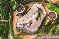 Rohes frisches Weißfischsteak mit Gemüsebestandteilen Stockbilder