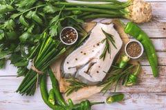 Rohes frisches Weißfischsteak mit Gemüsebestandteilen Lizenzfreies Stockbild