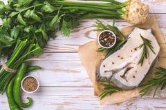Rohes frisches Weißfischsteak mit Gemüsebestandteilen Lizenzfreie Stockfotos