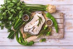 Rohes frisches Weißfischsteak mit Gemüsebestandteilen Lizenzfreie Stockfotografie