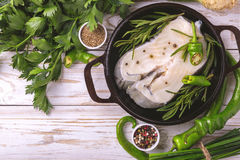 Rohes frisches Weißfischsteak mit Gemüsebestandteilen Stockfotos