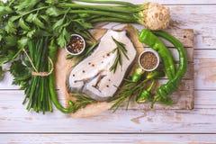 Rohes frisches Weißfischsteak mit Gemüsebestandteilen Stockfoto
