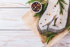 Rohes frisches Weißfischsteak mit Rosmarin und Gewürz Lizenzfreie Stockfotos