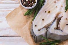 Rohes frisches Weißfischsteak mit Rosmarin und Gewürz Lizenzfreie Stockfotografie