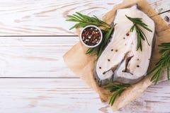Rohes frisches Weißfischsteak mit Rosmarin und Gewürz Lizenzfreies Stockfoto