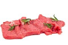 Rohes Frischfleisch geschnitten mit Rosmarin Stockbild