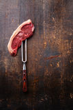 Rohes Frischfleisch Striploin-Steak auf Fleischgabel Lizenzfreies Stockfoto