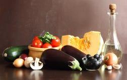 Rohes Gemüse und Olivenöl. Stockfoto