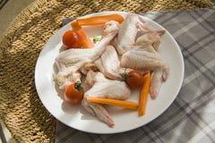 Rohes Huhn auf ländlicher Tabelle mit natürlichem Blitz des Kontrastsonnenuntergangs Stockfotos