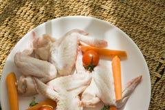 Rohes Huhn von oben genanntem auf Strohtabelle, klarer Blitz Lizenzfreie Stockfotografie