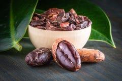 Rohes Kakaobohnen formastero, ganz und Grund, Nahaufnahme stockfotografie