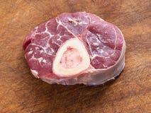 Rohes Kalbfleischfleisch mit dem Markknochen auf Schneidebrett lizenzfreie stockbilder