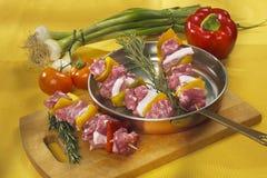 rohes kebab in einer Bratpfanne Stockfoto