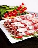 Rohes kebab mit Paprika, Tomaten und Kopfsalat Stockbilder