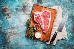 Rohes Knochen-Steak Lizenzfreie Stockfotos