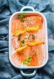 Rohes Lachsfischfilet mit Zitrone in emaillierter Schüssel stockfotos