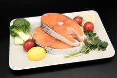 Rohes Lachssteak mit Gemüse auf Platten-, Lebensmittel- und Gemüsekonzept Lizenzfreie Stockfotografie