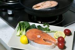 Rohes Lachssteak mit Gemüse auf Platten-, Lebensmittel- und Gemüsekonzept Stockbild