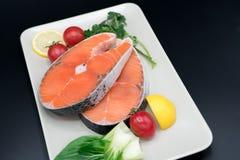 Rohes Lachssteak mit Gemüse auf Platten-, Lebensmittel- und Gemüsekonzept Stockbilder