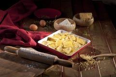 Rohes Lebensmittel, Mehl, Eier, Zucker, Butter, zum eines Kuchens zu machen Lizenzfreies Stockbild