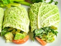 Rohes Nahrungsmitteldiätkonzept mit frischem Kohl rollt Stockbilder