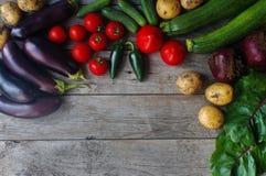 Rohes organisches Frischgemüse auf hölzernem Hintergrund Herbsternte, buntes Gemüse, gesunder Lebensstil, Draufsicht, Raum für te Lizenzfreies Stockfoto