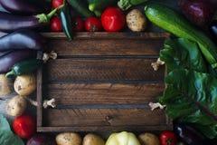 Rohes organisches Frischgemüse auf hölzernem Hintergrund Herbsternte, buntes Gemüse, gesunder Lebensstil, Draufsicht, Raum für te Lizenzfreie Stockbilder