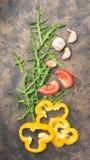 Rohes organisches Gemüse auf einem Weinlesehintergrund Lizenzfreie Stockfotos