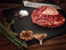 Rohes ossobuco auf einer Steinbasis für das Fleisch Stockfotografie