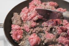 Rohes Rinderhackfleisch mit vielen Fett in der Küche lizenzfreie stockfotografie