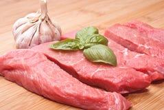 Rohes Rindfleisch auf Schneidebrett Stockbild