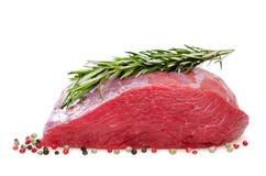 Rohes Rindfleisch mit Würzen Stockbilder