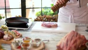Rohes Rindfleisch ribeye Steak stock footage
